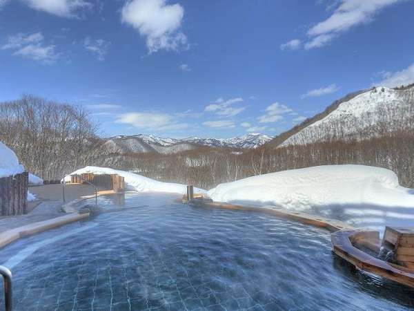 眺望の湯 冬 つるすべ度抜群の美肌の湯。越後の山々を望む雄大な景色をお楽しみいただけます。