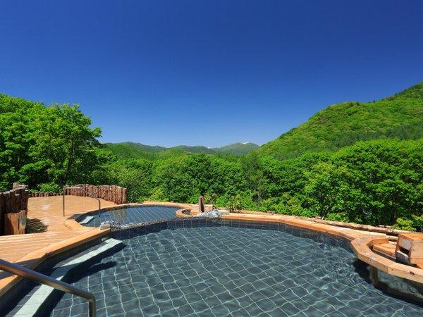 眺望の湯 夏 とろっとした泉質の美肌の湯はみなかみ随一の泉質。