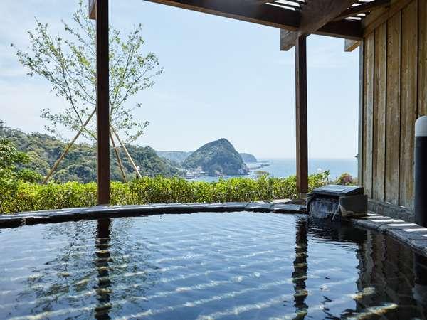 温泉浴室、女湯の岩露天風呂からの眺め 和歌の浦と赤根島がご覧になります。