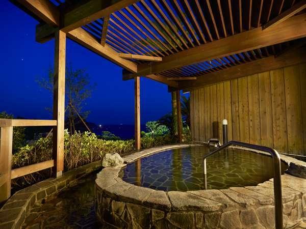 温泉浴室、女湯の岩露天風呂の夜の雰囲気