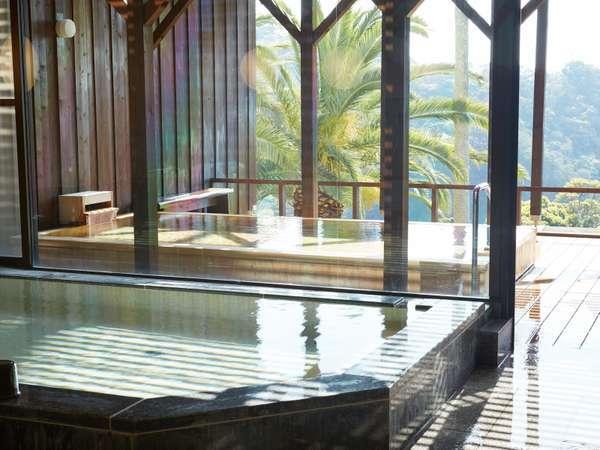 温泉浴室、男湯の内湯と露天風呂 季節により朝陽をご覧いただけます。