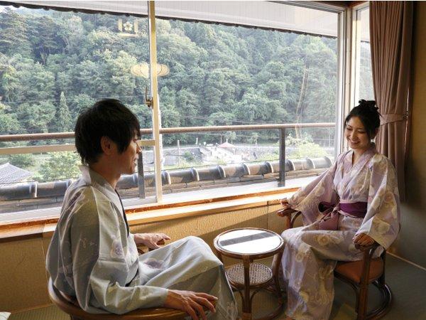窓の外には自然豊かな三朝の景色が広がります。(本館客室三徳川側)