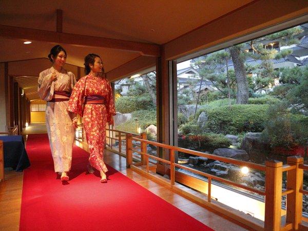 館内各所から、日本庭園がご覧いただけます。