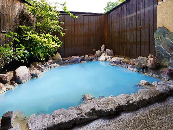 ブルーに変化する貸切露天風呂