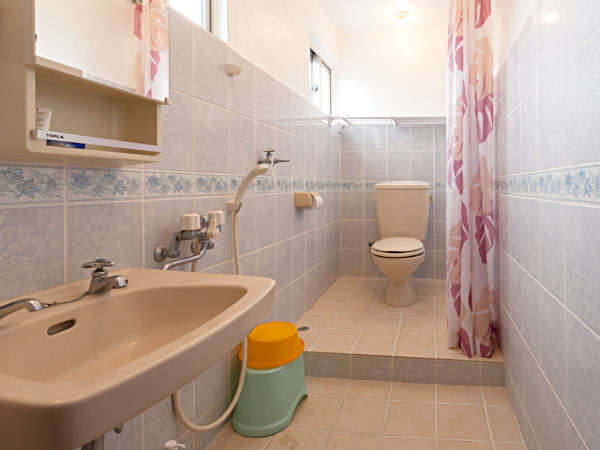 沖縄スタイルのバスルーム。温かいシャワーあり、バスタブはございません。