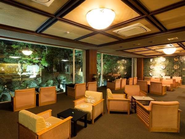 【ラウンジ】昼はカフェ、夜はバーとなる、雰囲気のあるくつろぎのスペースです。