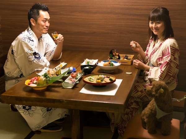 【レストラン】パーテーションで区切られたレストランではワンちゃんもご一緒にお食事ができます。