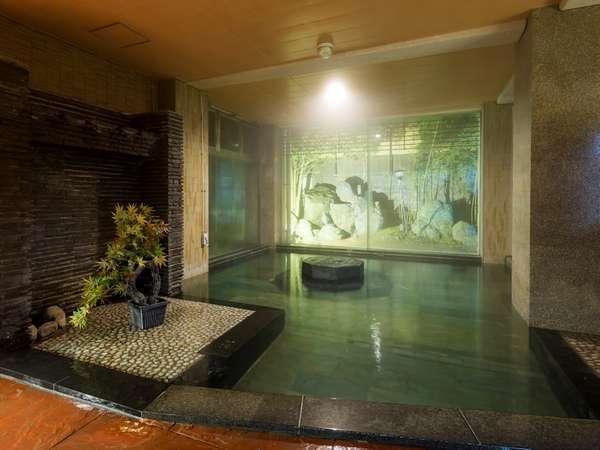 【大浴場 男性】庭園を眺めながら静かな中でゆったりと気ままに楽しめる、それが月香の大浴場の魅力です。