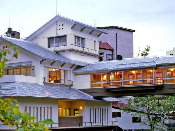 大湯温泉の中心に位置する当館。佐梨川にかかる名物「かじか橋」を渡り湯殿へ