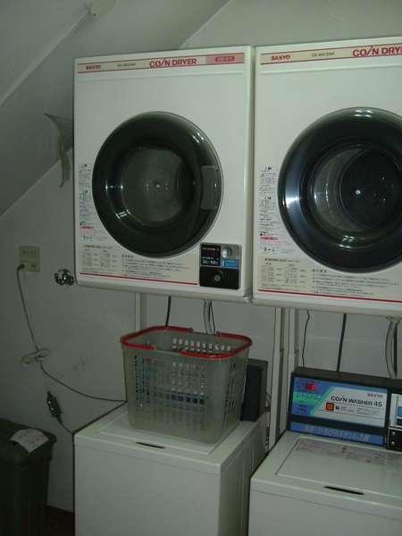 1階のコインランドリー(お部屋には洗濯機のみあります)