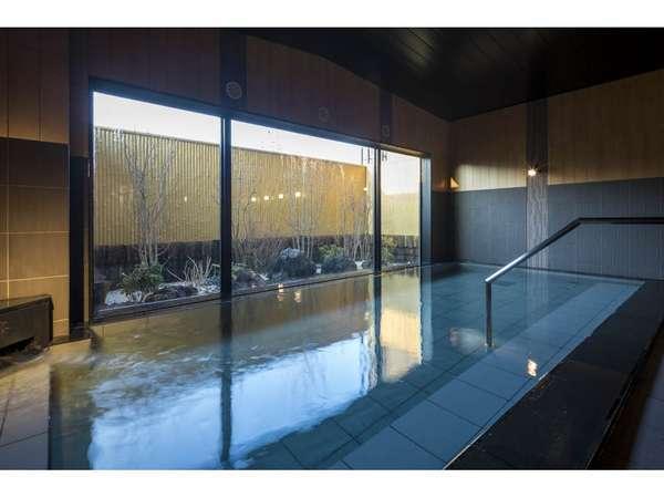 大浴場「旅人の湯」は季節、時間帯によって、趣が変わります。
