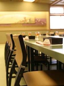畳の上に椅子テーブル席スタイル 和ダイニング 人気の宴会スタイルです。