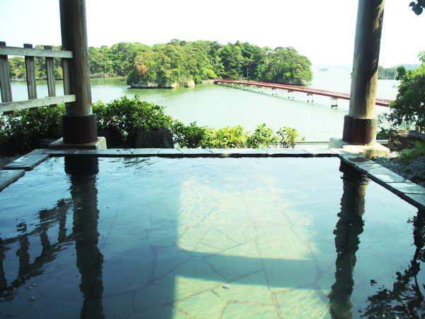 福浦橋を望む絶景の露天風呂