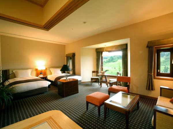 【ファミリールーム(和洋室)】2つのベッド+6畳和室の和洋室。3世代旅行にもおすすめです。