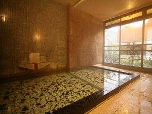 男性浴場西向き面はガラス張りで外光もたっぷり(貸切風呂プランで使用します)