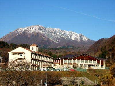 大山のチロル? 素敵な山の学校じゃありませんか!