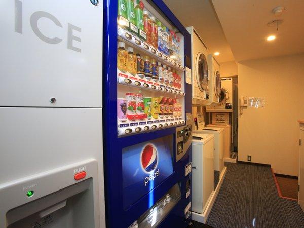 【自動販売機】4階にお酒、おつまみの自動販売機もあります