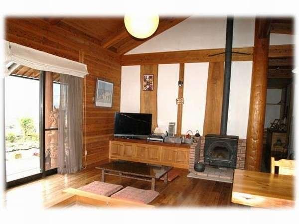 薪ストーブと囲炉裏の食堂、リビング