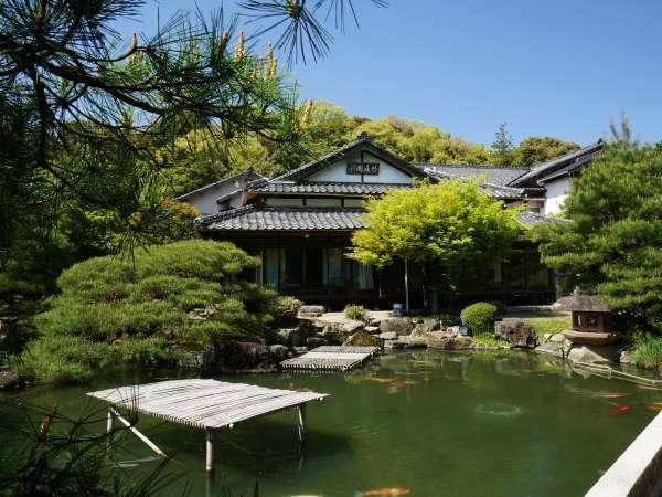 池泉庭園と「桐の間」「千鳥の間」の行在閣(あんざいかく)は一体になっております。