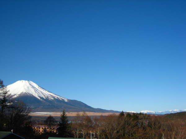 お部屋から見える富士山と南アルプス!落葉から新緑までは湖も!プライベートウッドデッキからも富士山が