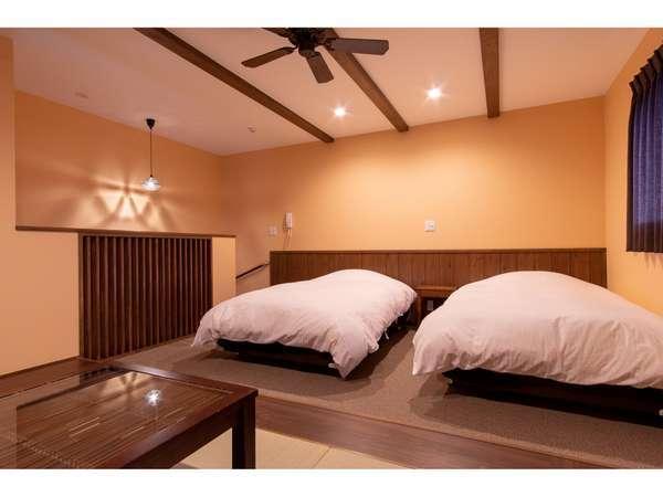 セミダブルベットが2台置かれた、広々41㎡の和モダンルーム―いつでも好きな時に入れる24時間風呂付