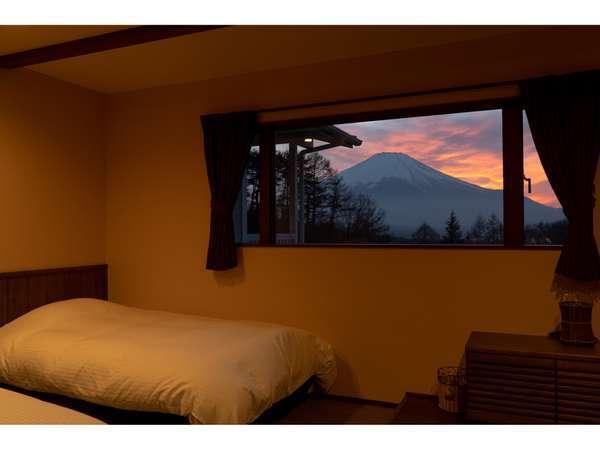 和モダンルーム―額縁のような大きな窓から見える夕焼けの富士山・何度も入れる富士山の見える24時間風呂付