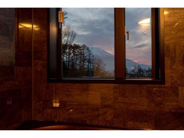 プチスイート―夕暮れの富士山とホテル仕様のバス(ジェットバス機能・ブラインド付)