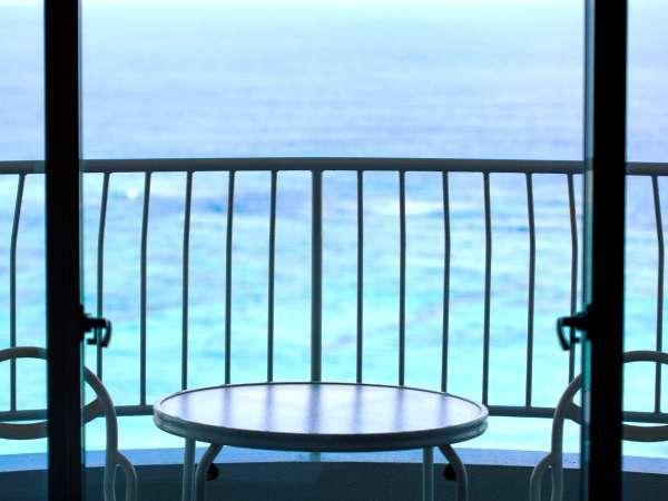 オーシャンビューハイフロアのお部屋からは窓一面に広がる絶景の東シナ海が一望できます。
