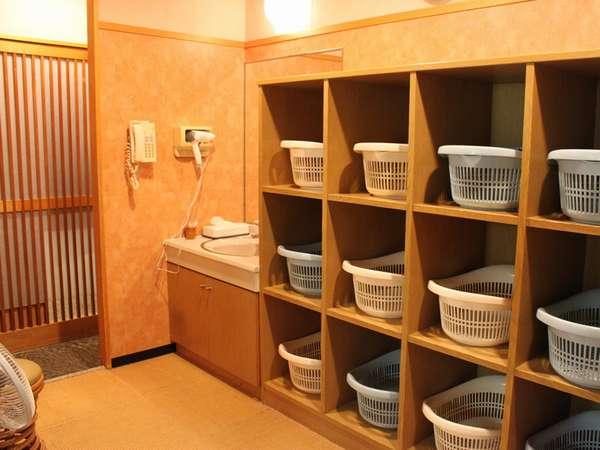 脱衣所には綿棒、水、コスメ用品がございます。