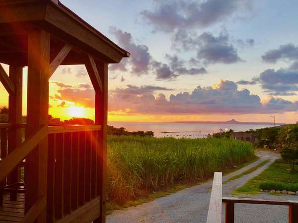 展望塔からは、海にしずむ美しい夕日を楽しめます