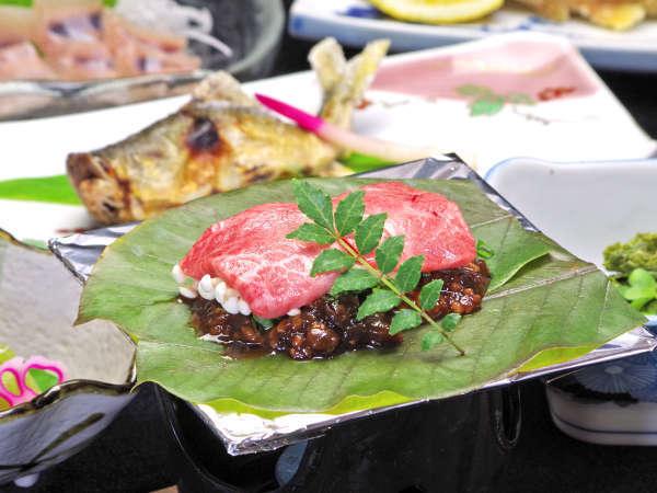 *グレードアッププランのお料理。飛騨牛の朴葉みそ焼きの他に、川魚の造等、山川の旨いが並びます。