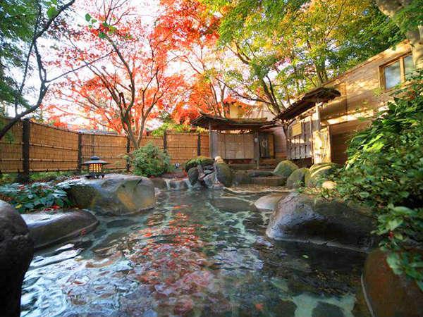 【木洩れ日の湯(野天風呂)】季節の風景や星空を楽しめる開放的な露天風呂です。