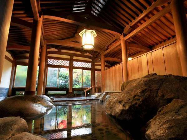【天平大浴堂(登録文化財)】総檜造りで国内随一。荘厳な雰囲気の中で、ゆったりお寛ぎください。