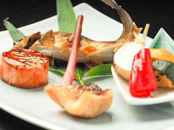◆焼八寸/鮎塩焼、カマス一夜干し、鮭巻繊巻など(2020年7月お食事イメージ)