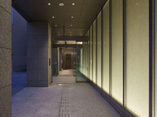 ホテルエントランスはセキュリティ上、午前1時~午前6時の間は開錠にカードキーが必要となります。