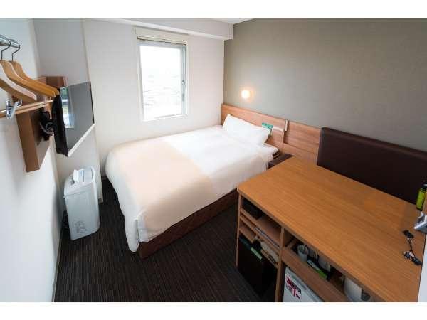 ダブルベッドルーム(エクストラタイプ):広々としたデスクの付いたお部屋で仕事がはかどります♪