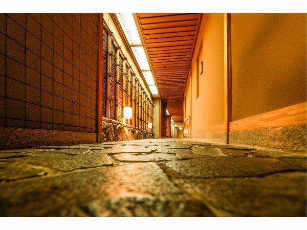 西館から露天風呂までの石畳廊下