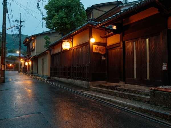 祇園・高台寺、ねねの道から一本入った路地にあります。