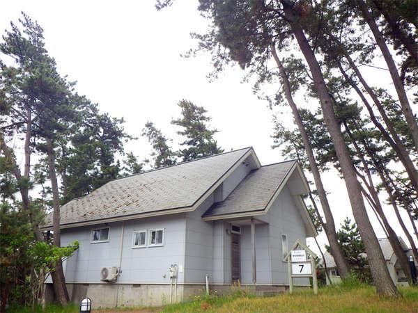 *コテージ一例/高原の山小屋のような雰囲気の宿泊棟。4人用と6人用がございます。