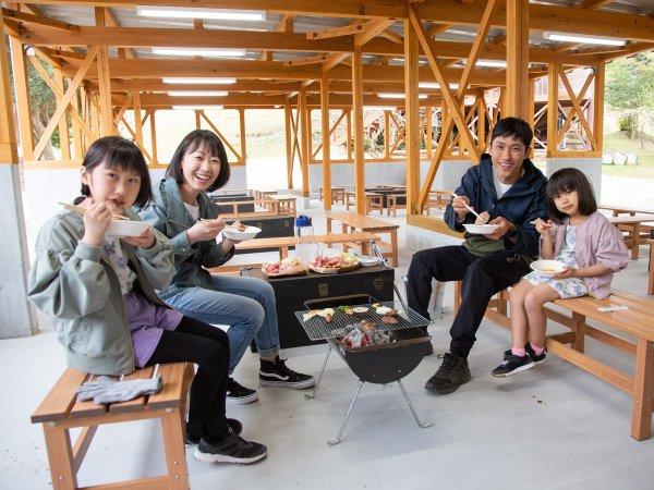 *【BBQテラス】テーブルや椅子もあるのでゆっくりお食事できます。グリルレンタルもOK(※事前予約)