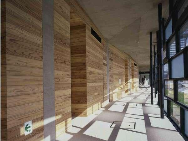 【アプローチ】ガラス張りの廊下。あぜ道をイメージしたデザイン