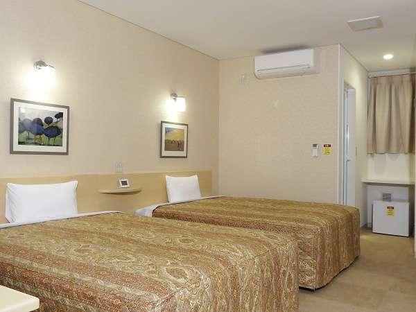 25㎡の広さに幅1.5m超の大型ベッド2台。1名~親子4人まで宿泊可。全室無料ネット接続可。