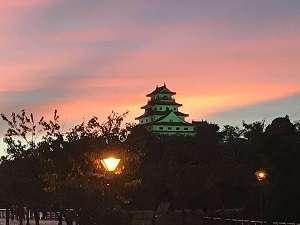 夕日に染まる唐津城