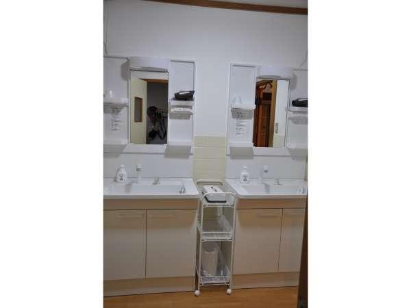 トイレと洗面所を新しくしました。ドレッサーを2台増やし、4箇所で朝支度ができます。