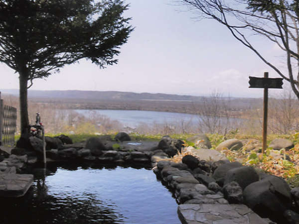 露天風呂/目の前に広がるシラルトロ湖の雄大な景色をお楽しみ下さい。