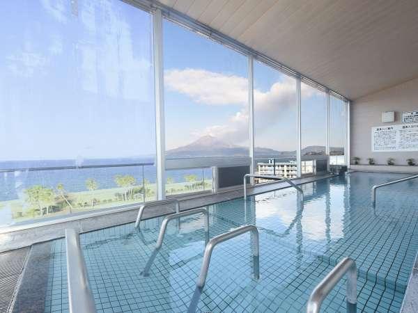 【大浴場 桜島】開放的な大窓からは錦江湾・桜島を望むことができます。