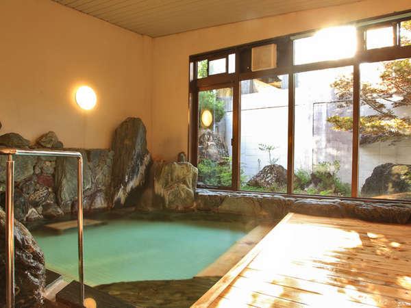 【大浴場】温泉ではないですが、広めのお風呂でゆっくり疲れを癒してください。