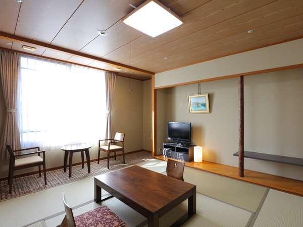 素足で過ごせる心地よさが、世代を超えて愛される、当宿のメイン客室です。