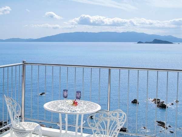 客室のテラスから見える志布志湾と枇榔島。ゆったりとお寛ぎ頂けます。