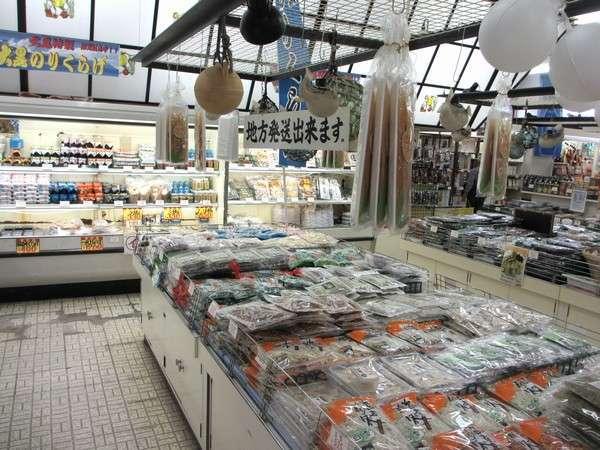 観光お土産店の海産物コーナー